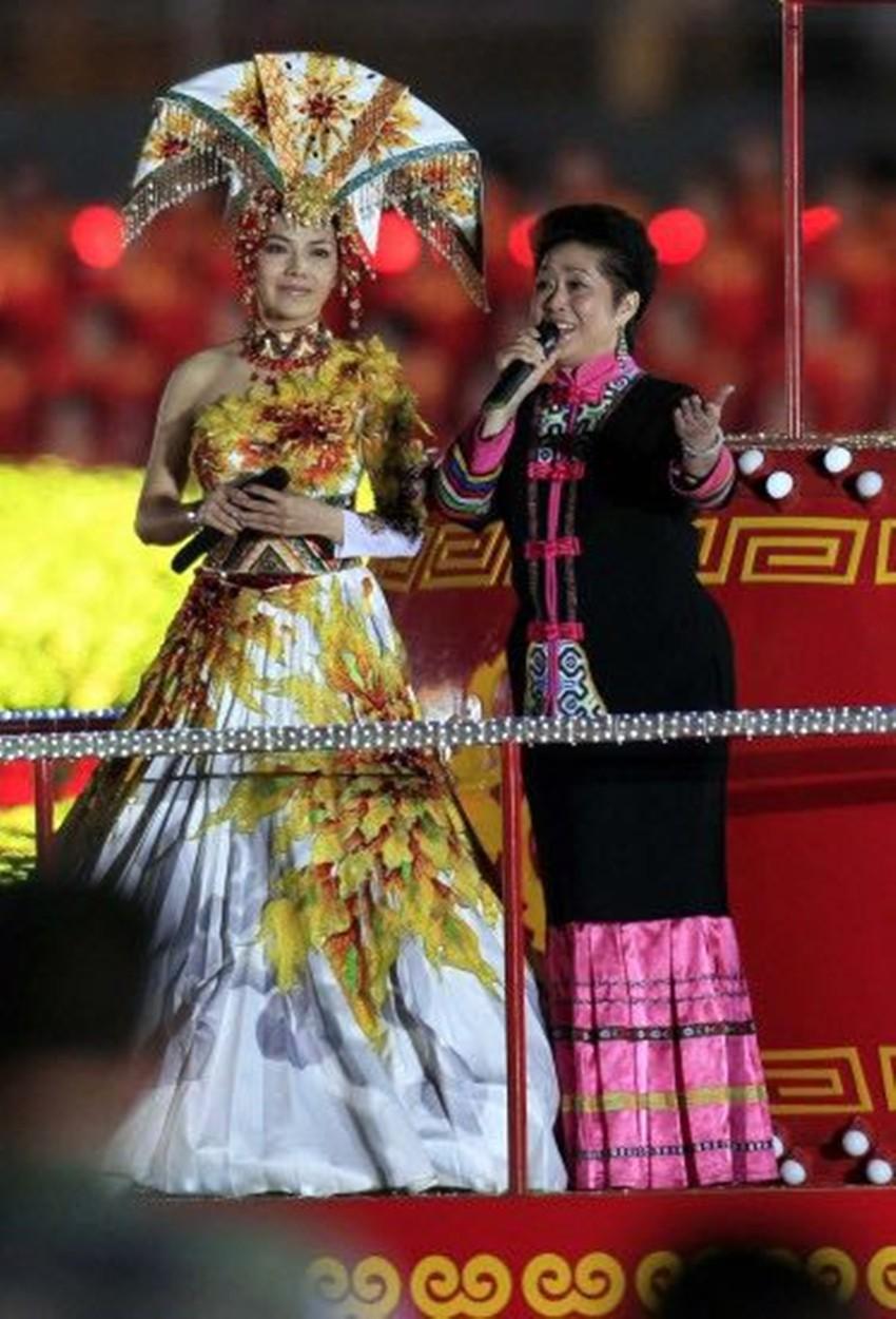 新中国成立六十周年天安门晚会上演唱_副本.jpg