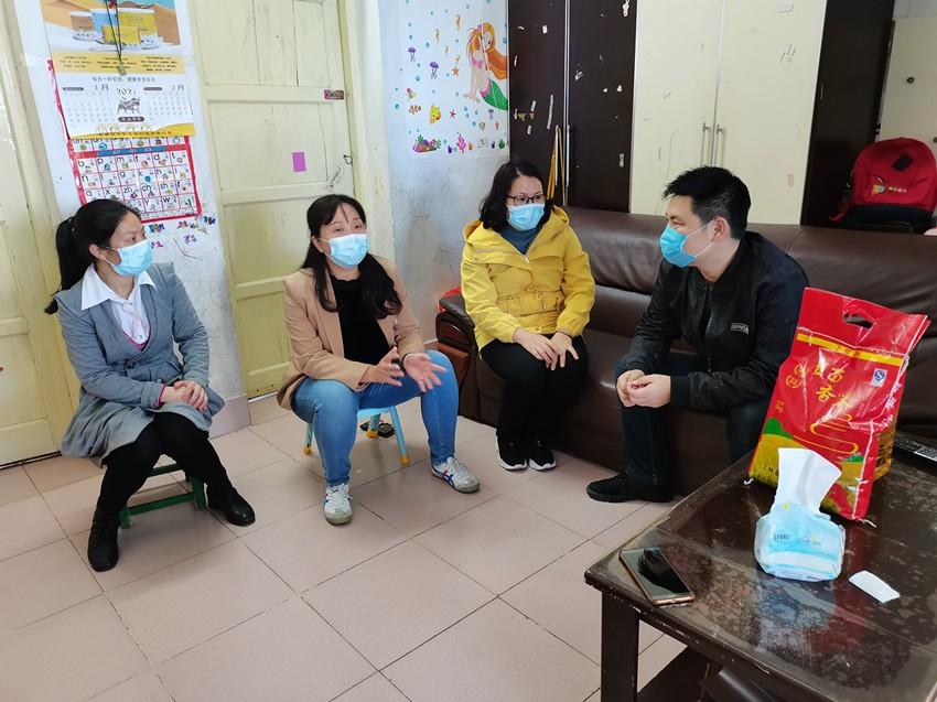 社区工作人员在张龙(右一)家慰问。黄丹摄_副本.jpg