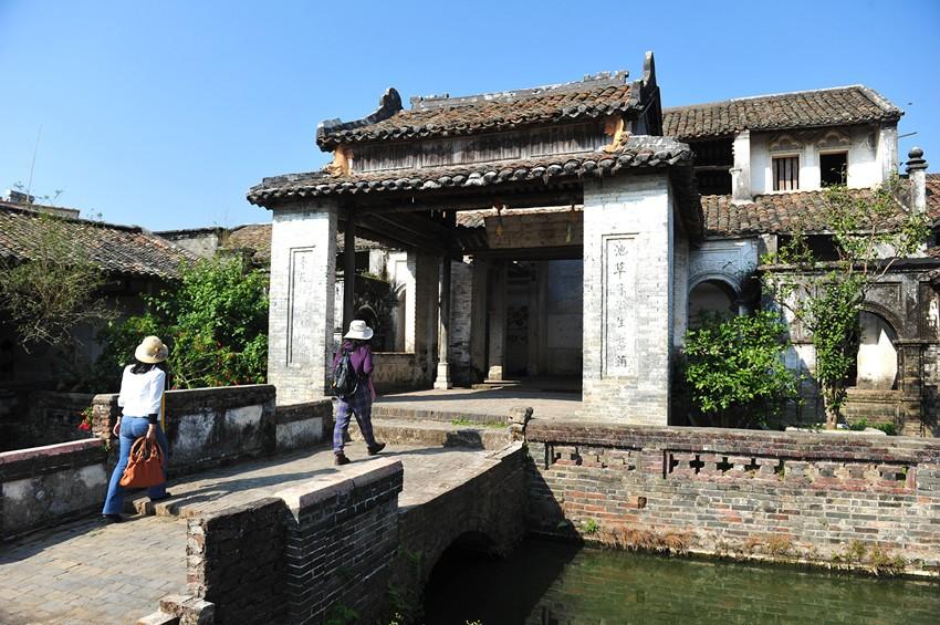 游客在葵联村榜山自然村里的兵马第参观。陈伟平摄_副本.jpg