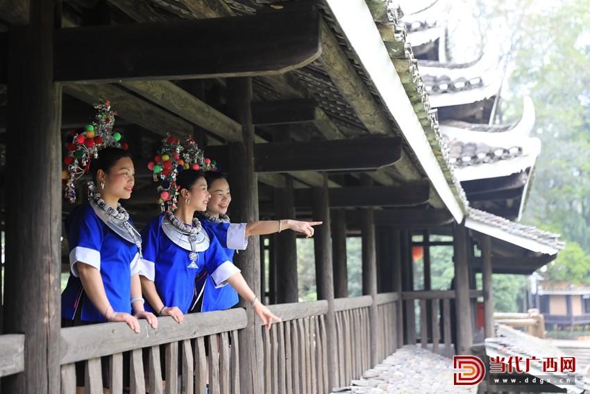 几名侗族妇女在三江侗族自治县林溪镇程阳永济桥观景。记者 张友豪 摄_副本.jpg