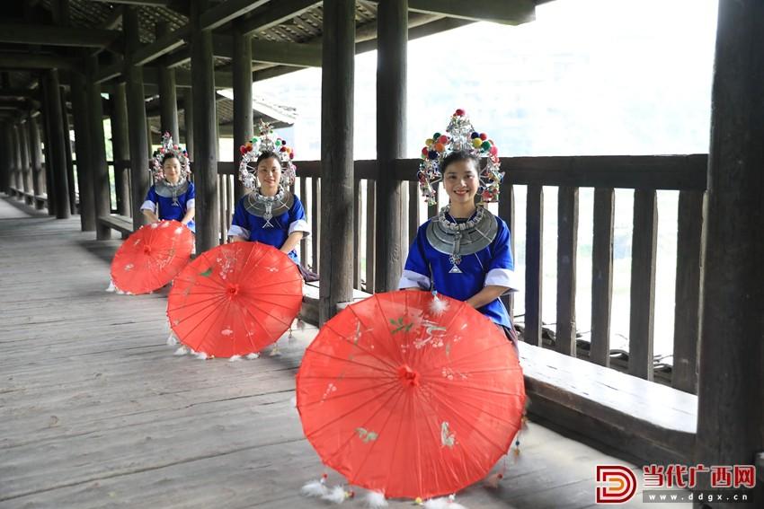 几名侗族妇女在三江侗族自治县林溪镇程阳永济桥上留影。记者 张友豪 摄_副本.jpg