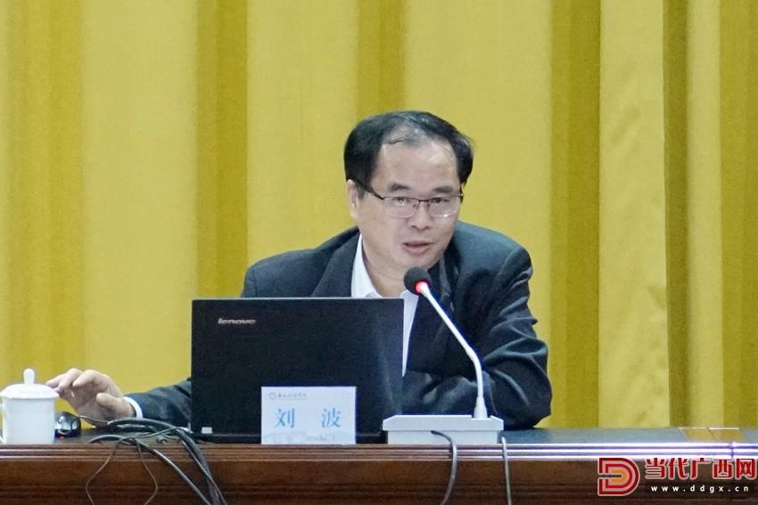 4月28日下午,当代广西杂志社社长、总编辑刘波在广西财经学院作题为《坚定反对历史虚无主义的政治自觉 牢牢掌握意识形态工作主导权》的专题讲座。记者 覃雪花 摄2.jpg