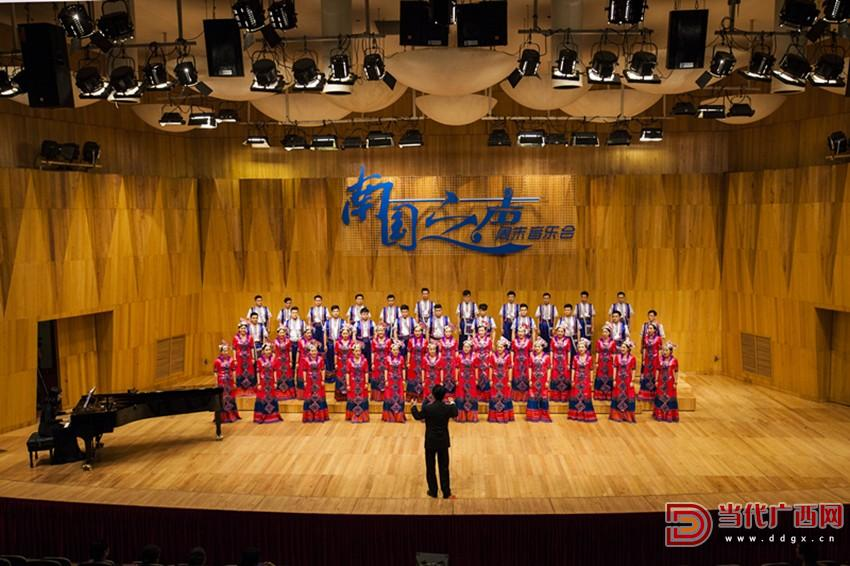 舞台上的华山指挥和广西艺术学院合唱团_副本.jpg