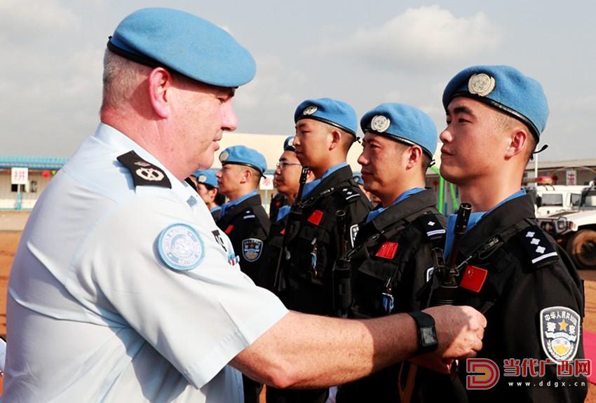 图为:邓小东(右一)被联合国官员授予联合国和平勋章 拍摄者:赵小新_副本.jpg