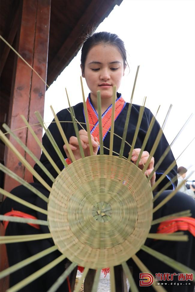 瑶家阿妹在编竹篮。记者  张友豪 摄_副本.jpg