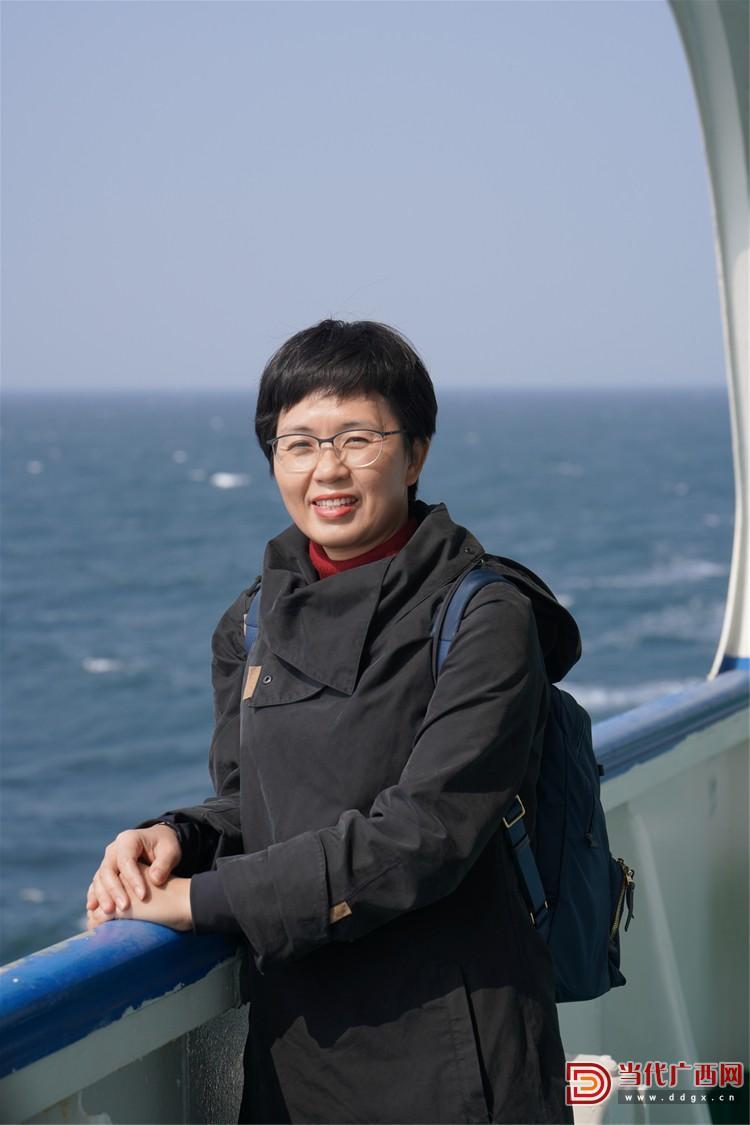 往返北海和涠洲岛,成为范徽丽的工作常态。 图为范徽丽在渡轮上。作者供图_副本.jpg