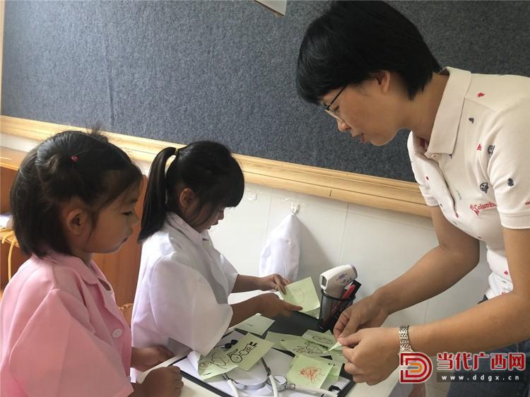 范徽丽和孩子们在一起玩益智游戏。陈菁摄_副本.jpg