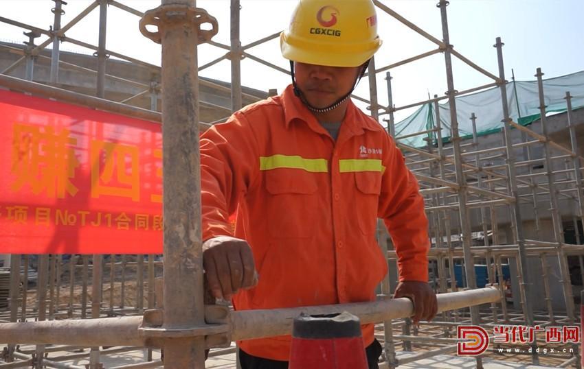 潘靖义在工地上干活。记者 李姣梦 摄_副本_副本.jpg
