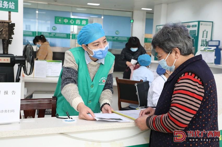 在医院大厅,志愿者为患者提供导医服务。 南宁市第四人民医院供图_副本.jpg