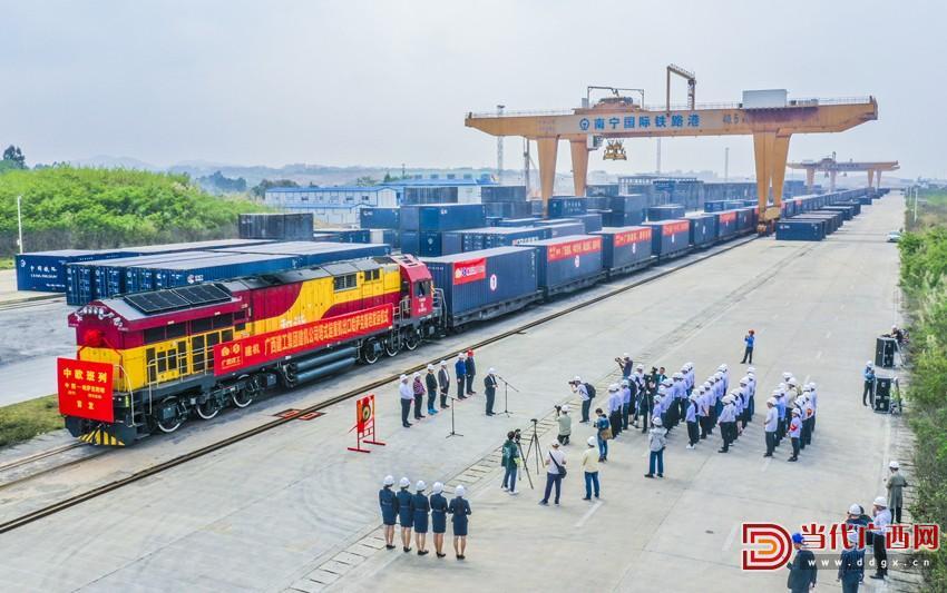 满载广西建工集团建筑机械制造有限责任公司塔式起重机产品的列车准备发车。记者 刘峥 摄_副本.jpg