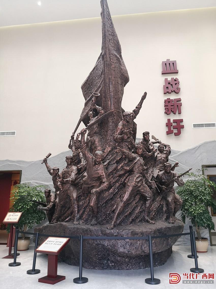"""""""血战新圩""""雕像。记者 邓千稀摄_副本.jpg"""