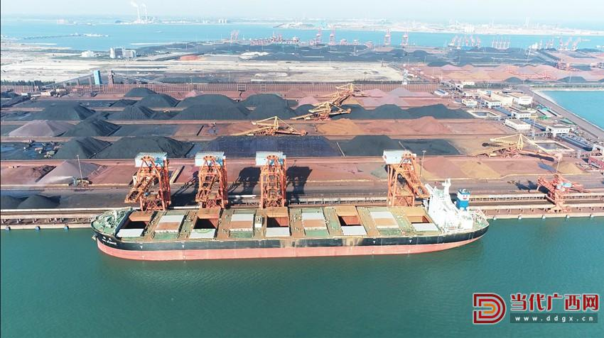 2020年6月,防城港货物吞吐量突破1000万吨,刷新了建港52年来单月吞吐量和广西有纪录以来单个港口单月吞吐量两项纪录。图为防城港码头。卢雨萱摄_副本.jpg