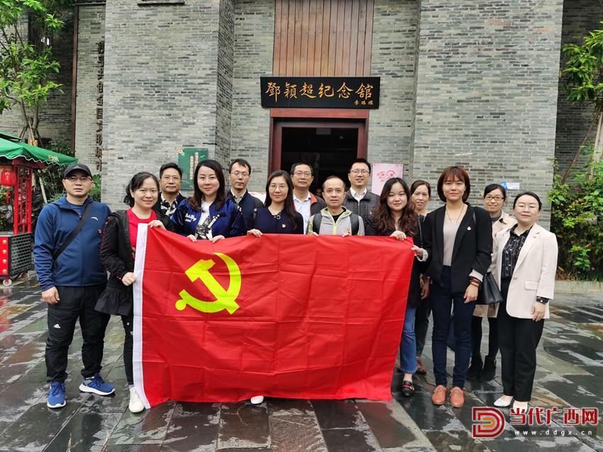 第三党支部党员、群众在邓颖超纪念馆门前合影。_副本.jpg