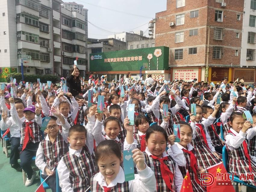 """学生们扬起手中的""""绿书签"""".jpg"""