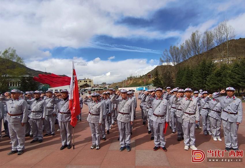 学员们在松潘县红军长征纪念碑园重温入党誓言。记者石钖摄_副本.jpg