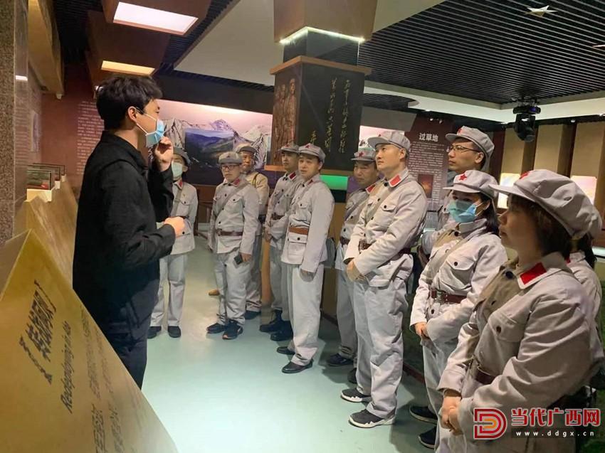 学员在马尔康卓克基红军长征纪念馆参观。记者覃冰摄_副本.jpg