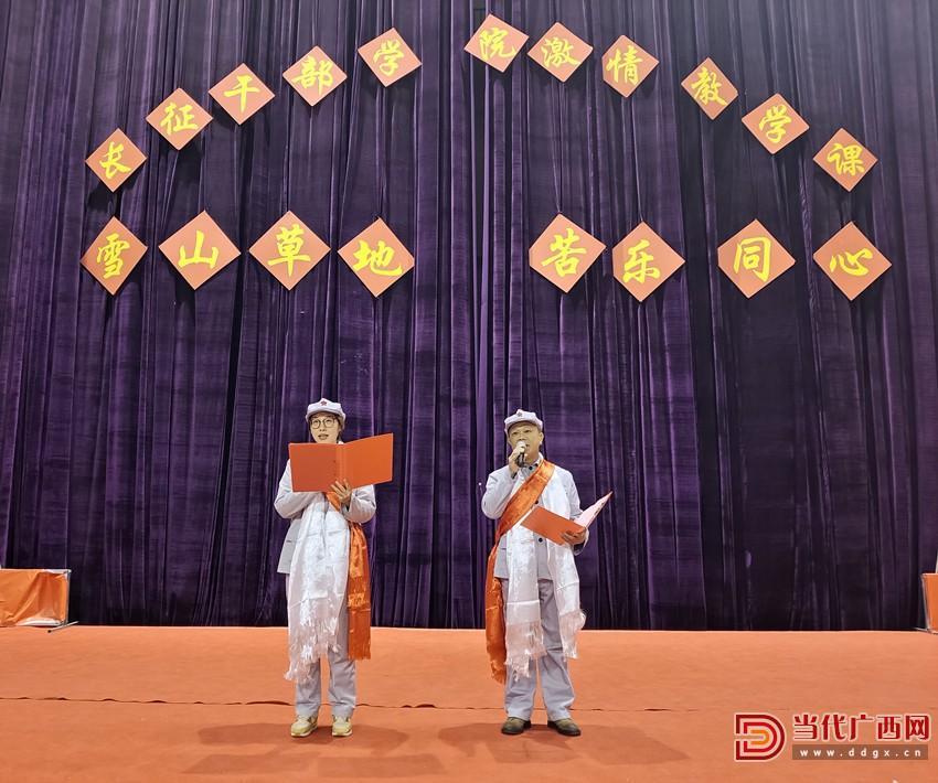学员在学院举行的激情教学课上表演诗歌朗诵。记者石钖摄_副本.jpg