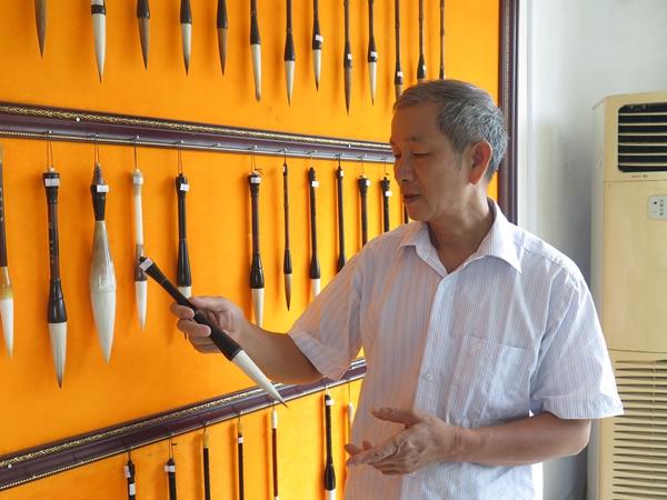 7.罗师傅展示制作好的毛笔。记者 黄雅文 摄.jpg