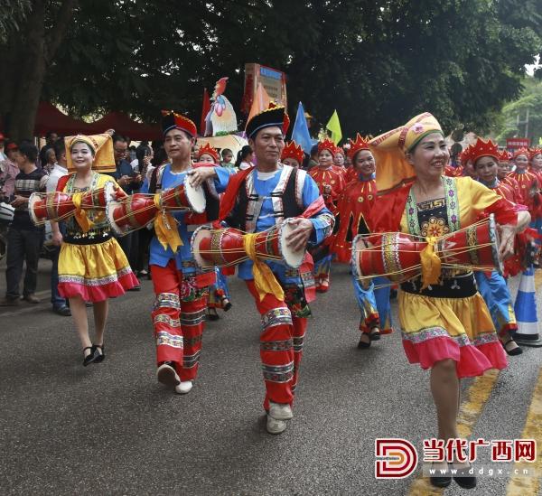 八音壮鼓方阵在巡游中表演。 记者 刘峥 摄.jpg