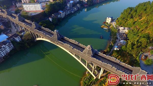 航空拍摄的广西柳州市三江侗族自治县三江风雨桥.通讯员 谭凯兴