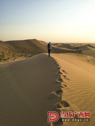 腾格里沙漠位于内蒙古自治区阿拉善左旗西南部,其沙峰壮阔宏大,沙粒