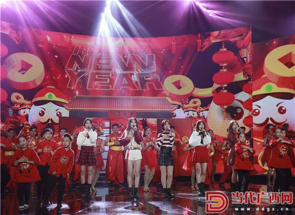 充满年味的收场秀。 记者 刘峥 摄.jpg