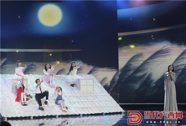 龚爽演唱歌曲《思念故土》。 记者 刘峥 摄.jpg