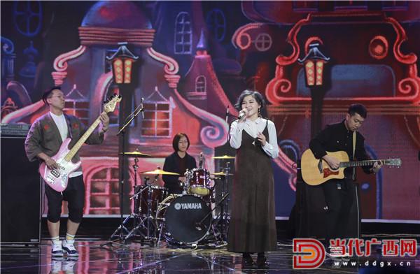 来自澳门的CATALYSER乐队演唱歌曲《心跳再碰见》。 记者 刘峥 摄.jpg