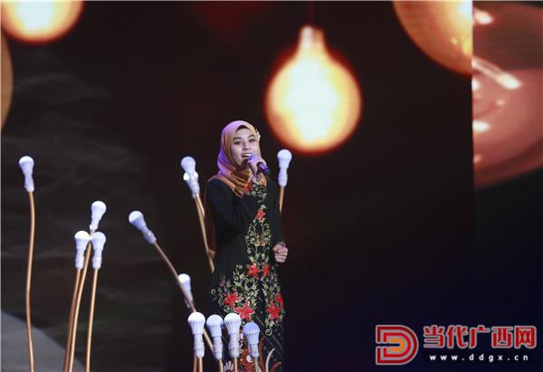 来自马来西亚的玛莎归结歌曲《我们纷歧样》。 记者 刘峥 摄.jpg
