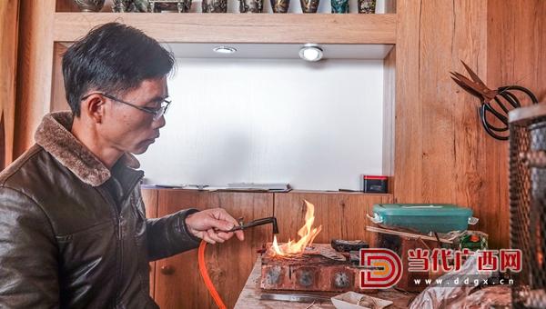 马贵在煅烧银丝。记者 刘峥 摄_副本.jpg