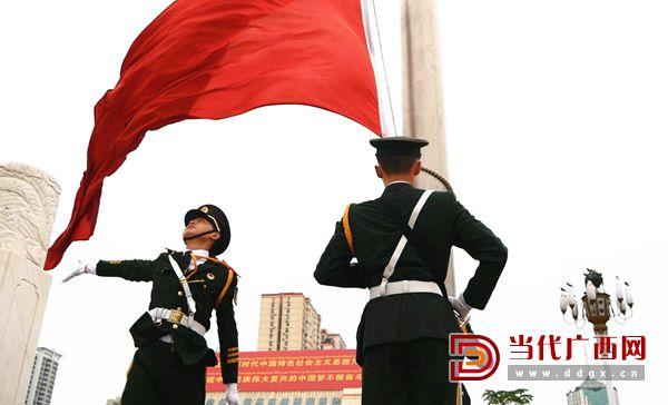 5.国歌奏响,五星红旗在半空中划出一道优美的弧线,冉冉上升。记者 谢羲薇 摄.jpg