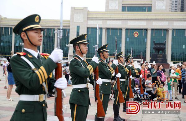 6.国旗班战士向国旗敬礼。通讯员 董亚涛 摄.jpg
