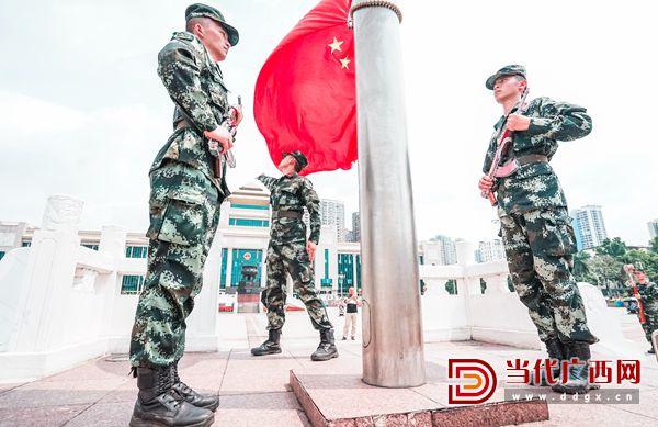 8.旗台上挥洒汗水,国旗下履行使命。记者 刘峥 摄.jpg