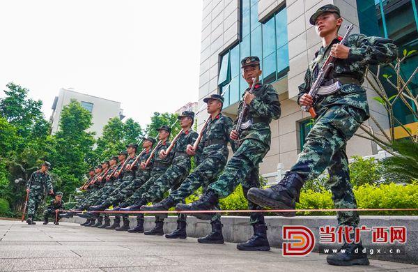 9.端枪定型训练。记者 刘峥 摄.jpg