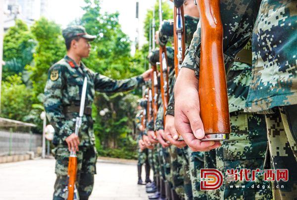 10.国旗班战士正在进行端枪训练。记者 刘峥 摄.jpg