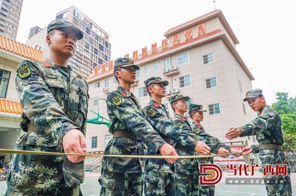 11.战士们顶着烈日训练军姿。(4月29日拍摄)记者 刘峥 摄.jpg