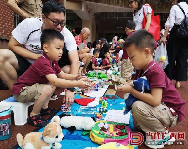 7.孩子们在家长的引导下学习如何交易物品。记者 谢羲薇 摄.jpg
