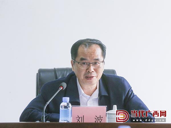 新任社长、总编辑刘波在会上作表态发言。 记者 刘峥 摄0.jpg