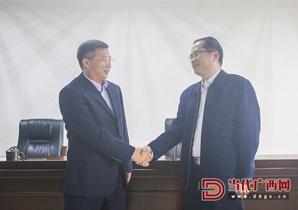 原社长、总编辑牙韩彰(左)与新任社长、总编辑刘波握手。记者 刘峥 摄0.jpg