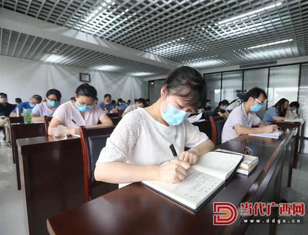 我社干部职工在意识形态工作专题会议上做笔记。记者 刘峥 摄.jpg