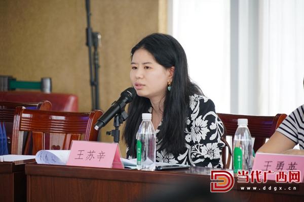 长江文艺出版社编辑王苏辛在会上发言。记者 覃冰 摄.JPG