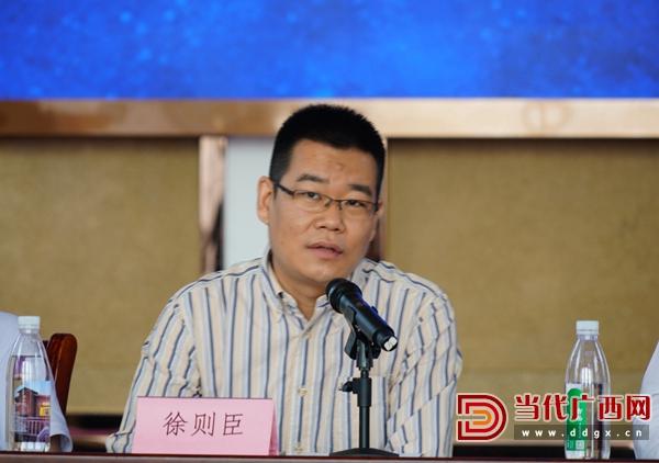 人民文学副主编、青年工作委员会委员徐则臣在会上发言。记者 覃冰 摄.jpg