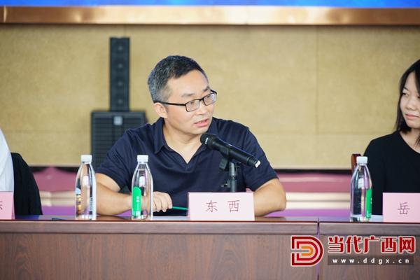 广西作家协会主席、广西民族大学文学影视心主任东西在会上发言。记者 覃冰 摄.JPG