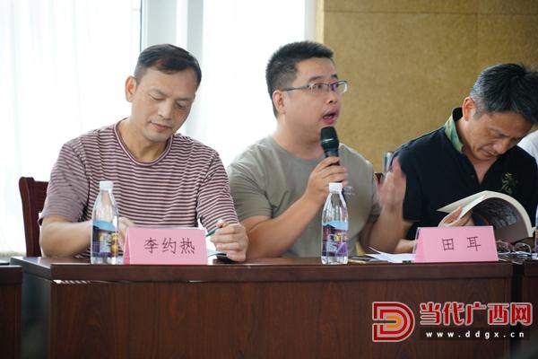 广西作家协会副主席、广西大学君武文化研究院研究员田耳在会上发言。记者 覃冰 摄.JPG