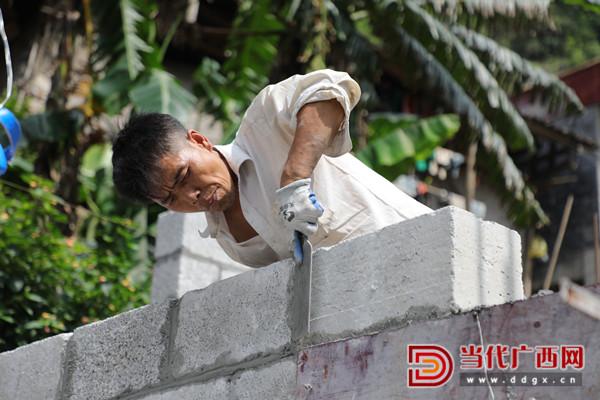 工人在建房。张友豪 摄_副本.jpg