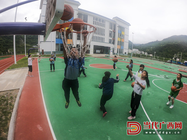 乐业县同乐镇中心小学学生在课后打篮球。 记者 刘峥 摄_副本.jpg