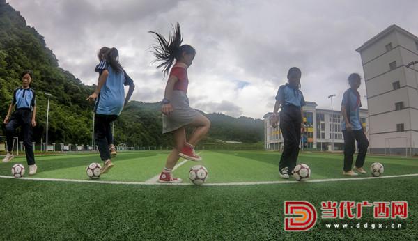乐业县同乐镇中心小学学生在课后练习足球。 记者 刘峥 摄_副本.jpg