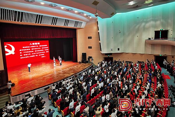 6参加活动的全体党员重温入党誓词。记者 卢松见 摄.jpg