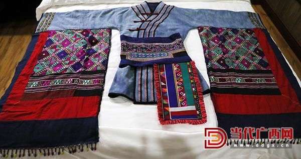 4.蒙娃努索给自己设计的具有毛南族文化特色的演出服饰。记者张友豪 摄.jpg
