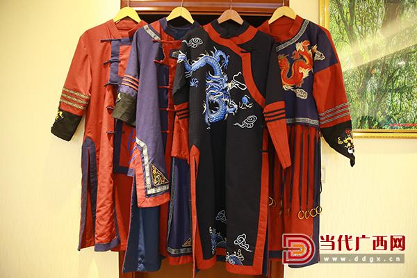 5.蒙娃努索为毛南乐队设计制作的服装。记者 张友豪 色号.jpg